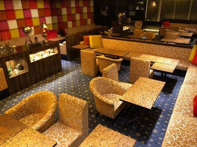 キリン模様のテーブルやソファ