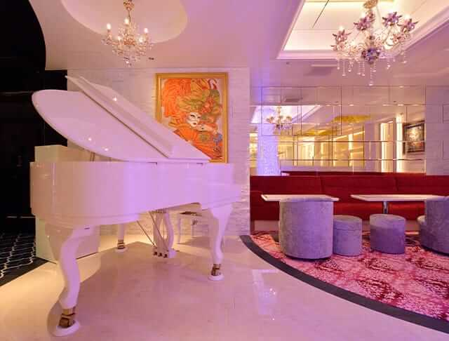 値が張りそうな真っ白なグランドピアノ